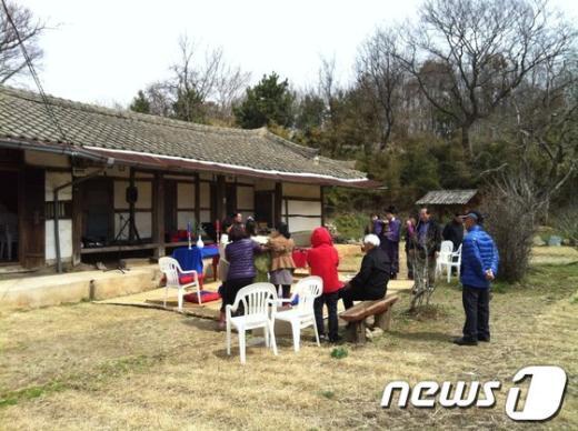 군산 알콩달콩영농조합법인이 옥산면 남내마을 문씨종중가옥에서 전통혼례 예행연습을 하고 있다.  News1