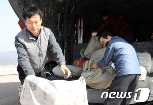 [사진]기상악화로 軍 도움 받는 우정사업본부