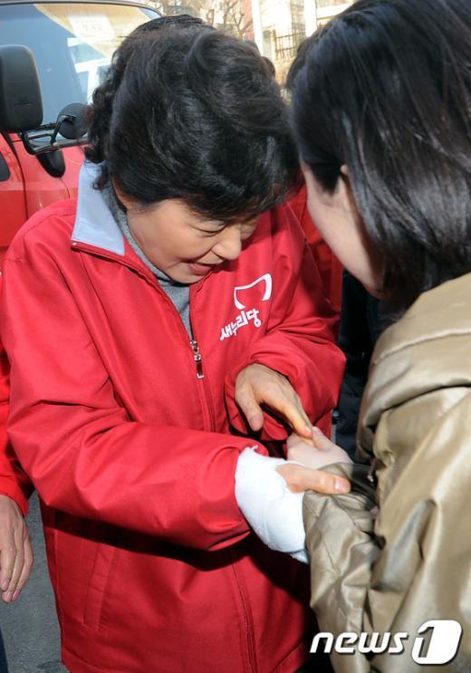 [사진]박근혜, 손이 너무 아파!