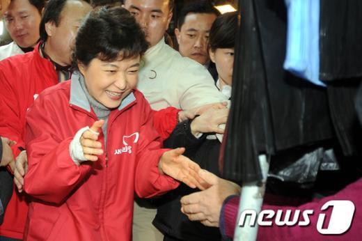 [사진]박근혜 위원장의 '반가운 인사'