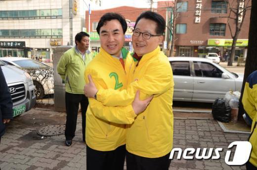 통합민주당 박지원 최고의원이 4일 인천 남동을 지역에 출마한 윤관석 후보와 함께 만수시장에서 지원유세를 펼치고 있다. News1