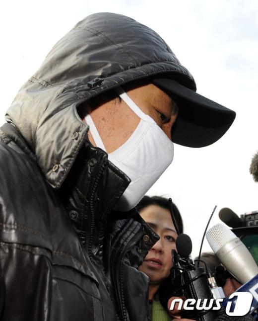 이청호 경사를 살해한 혐의를 받고 있는 청모중국 '루원위'호 선장의현장검증 모습.  News1 박세연 기자