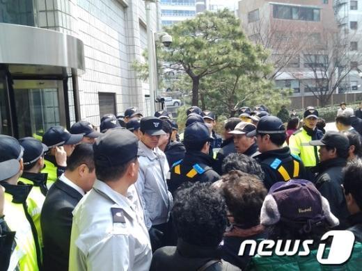 4일 오후 서울시 관악구의 시 체비지 사용 변상금이 부당하다며 시청을 찾은 민원인들이 경찰과 대치하고 있다. News1 이준규 기자