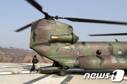 [사진]공군, 서해5도 장병 부재자투표용지 헬기 수송