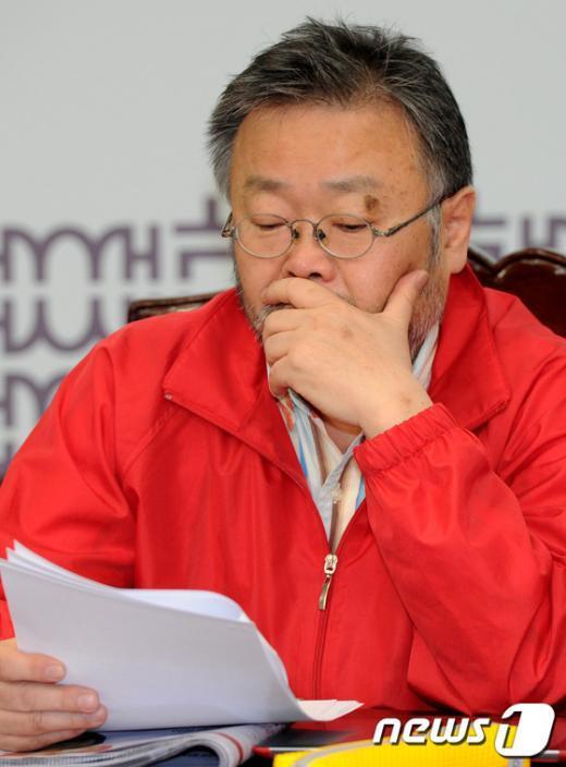 [사진]회의자료 검토하는 조동원 홍보기획본부장
