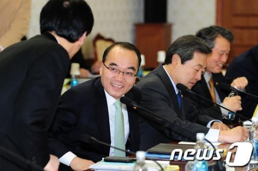 [사진]박재완 장관 '웃고는 있지만'