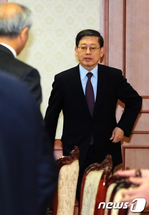 [사진]국가정책조정회의 들어서는 김황식 총리