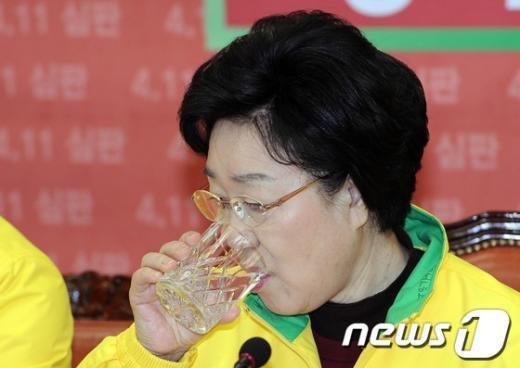 [사진]물 마시는 한명숙 대표