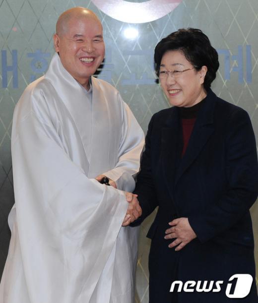 [사진]악수하는 자승스님과 한명숙 대표
