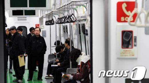 [사진]멈춰 선 지하철, 짜증난 승객들