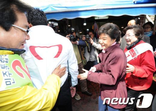[사진]민주통합당 후보와 마주친 박근혜 위원장