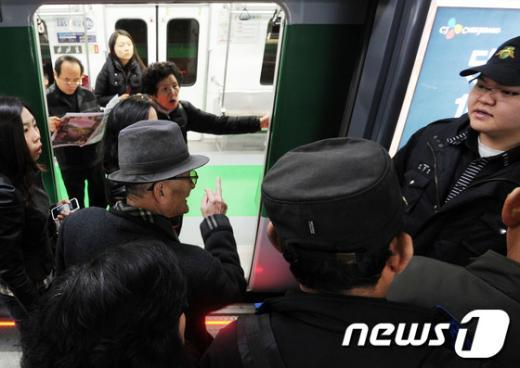 서울 지하철 2호선 운행이 중단된 6일 승객들이 멈춰선 열차 앞에서 역 관계자에게 항의하고 있다. News1 오대일 기자