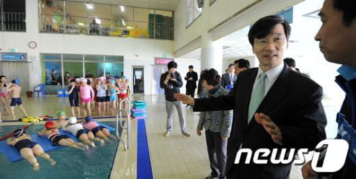 [사진]곽노현 교육감, 학생들 수영실습 과정 참관