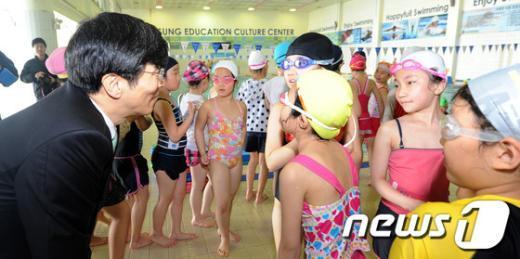 [사진]아이들의 눈높이 맞추는 곽노현 교육감