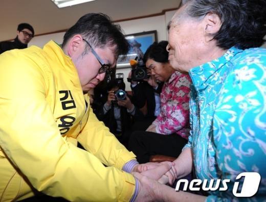 [사진]김용민 손 잡아주는 할머니들