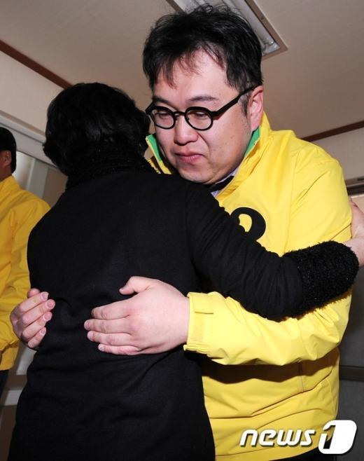 [사진]김용민 안아주는 어르신