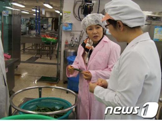 구교열교육장이수영초 급식실에입고된 식재료의 품질상태를 꼼꼼히 확인하고 있다.  News1