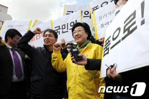 [사진]MBC노조원들과 파이팅 외치는 한명숙