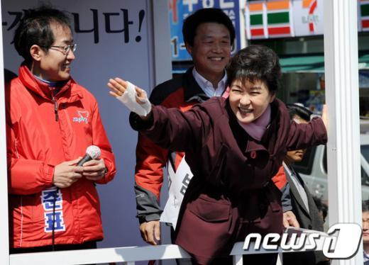 [사진]유세차에 매달린(?) 박근혜 위원장