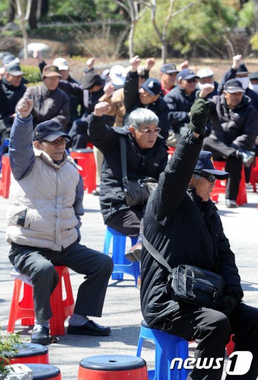 [사진]만세 외치는 어버이연합 회원들