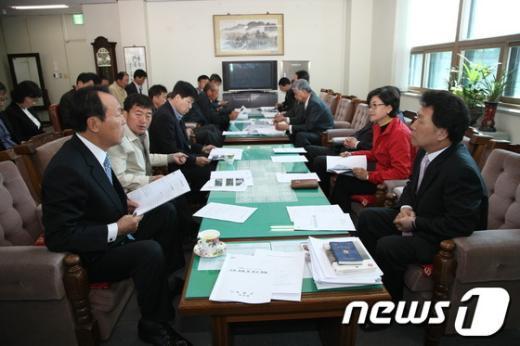 경남 의령군의회 의원들이6일 오전김채용 군수(오른쪽 첫째) 등과 함께 강풍 피해 대책을 논의하고 있다.. (의령군 제공) News1
