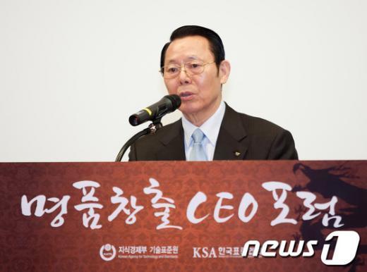 박성철 신원 회장이 제 2회 명품창출포럼에서 개회사를 하고 있다. (사진=신원 제공) News1
