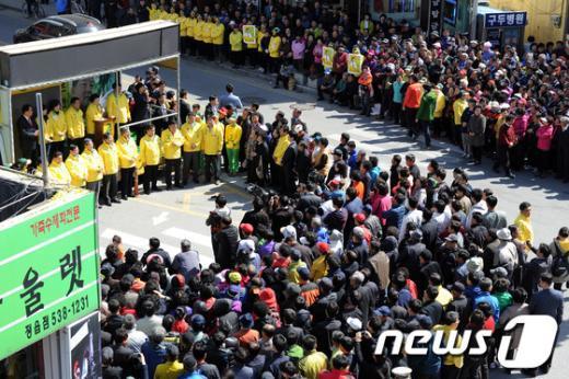 [사진]민주통합당 거리유세에 모인 정읍 유권자들