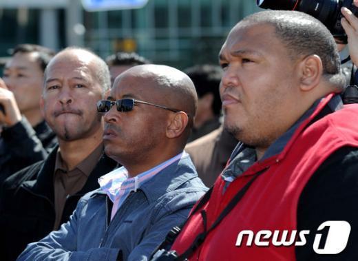 [사진]선거 유세 바라보는 남아공 선관위 직원들