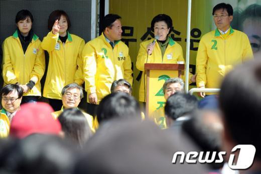 [사진]정읍 유권자들에게 지지호소하는 한명숙