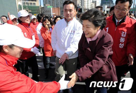 [사진]선거운동원들 격려하는 박근혜 위원장