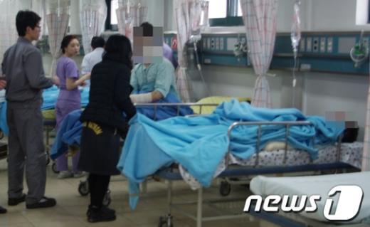 울산지역 모 병원에 후송돼 응급치료를 받고 있는 태광산업 근로자들을 회사관계자와 가족들이 살펴보고 있다.  News1