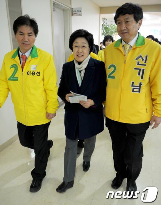 [사진]한명숙 대표, 이용선-신기남 후보와 함께 예배 참석