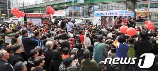 [사진]박근혜 위원장에 쏠린 인파