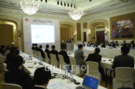 CJ그룹은 지난 3일부터 2박3일 일정으로 베트남 호찌민시에서 이재현 회장과 그룹 전 계열사 최고경영진이 참석한 가운데 CJ글로벌 컨퍼런스를 개최하고 베트남에 '제3의 CJ'를 구축하기로 결정했다.