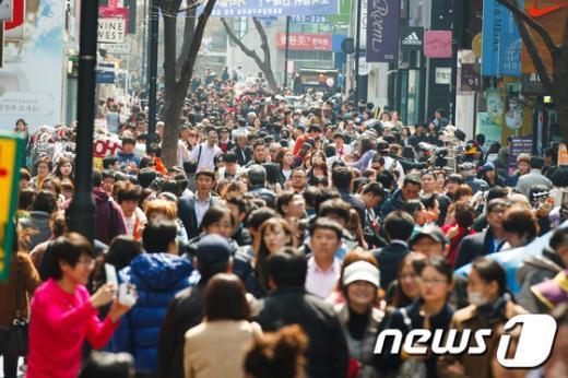 [사진]포근한 봄날씨, 쇼핑객들로 붐비는 명동