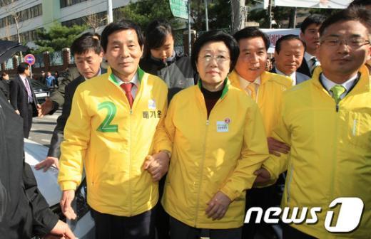 한명숙 민주통합당 대표가 지난 6일 오후 전남 화순에서배기운 후보의 손을 잡고 유세현장으로 이동하고 있다.  News1 김태성 기자