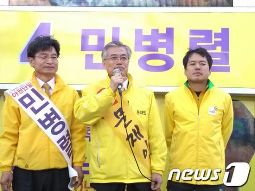 문재인 민주통합당 후보(가운데)는 8일 오후 2시30분 부산 영도구 남항동시장 입구에서 열린 선거유세에서 민병렬 통합진보당 후보 지지를 호소하고 있다.  News1 남경문 기자