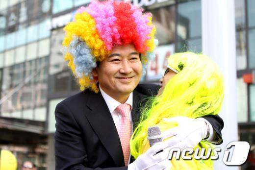 [사진]알록달록 가발 쓴 정동영 후보