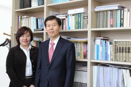 ↑권남인 변호사(사진 왼쪽). 혼자 사진을 찍는 것이 부담스럽다며 이근윤 법무법인 창신 대표변호사와 함께 사진을 찍었다.