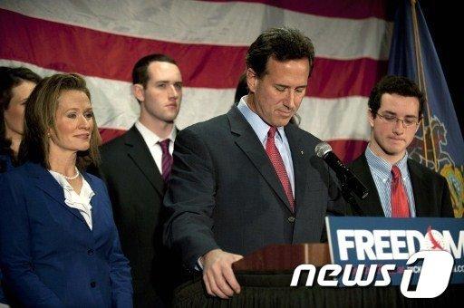 릭 샌토럼 전 상원의원이 10일(현지시간) 미국 펜실베니아주 게티스버그에서 가족들과 함께 경선 포기를 선언했다.  AFP=News1