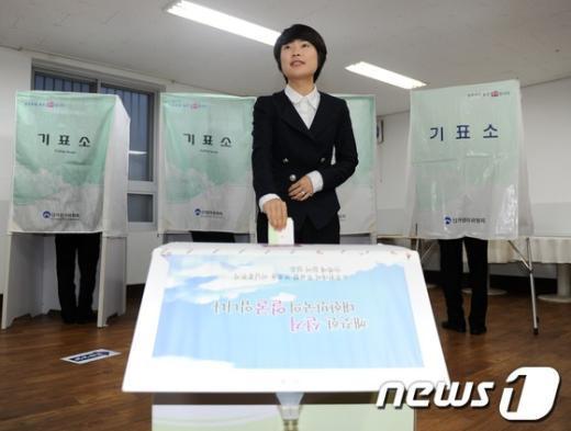 [사진]투표하는 새누리당 손수조 후보