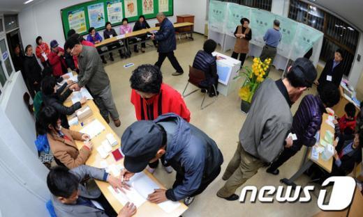 [사진]분주한 투표소