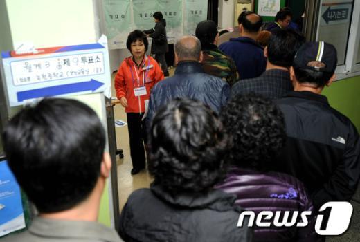 [사진]투표하기 위해 줄지어 선 유권자들