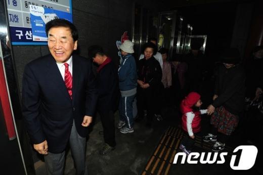 [사진]투표 기다리는 이재오 후보