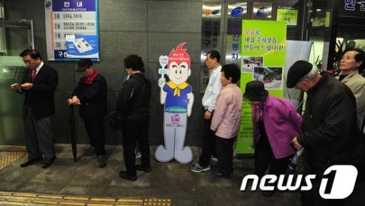[사진]투표를 기다리는 사람들