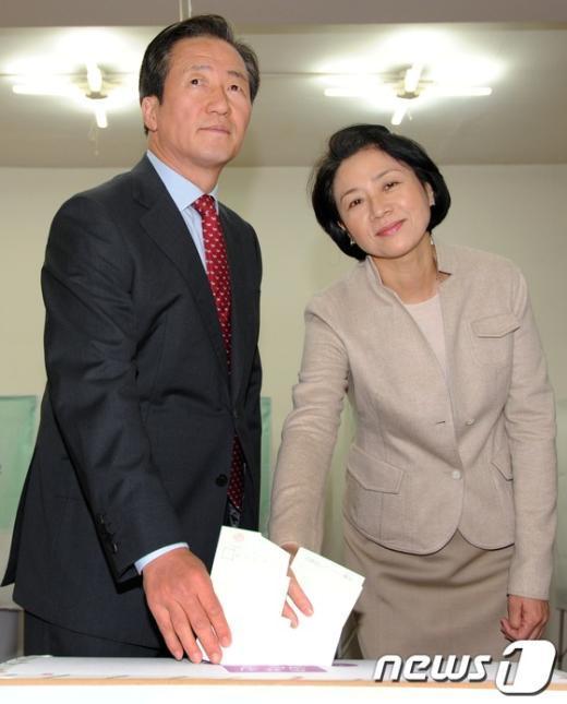 [사진]투표하는 새누리당 정몽준 후보 내외