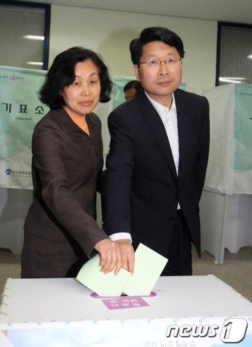 [사진]투표하는 오병윤 후보 내외