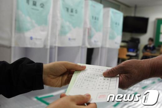 [사진]투표용지 받는 손