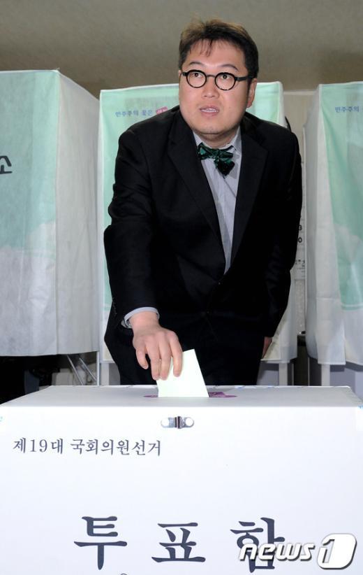 [사진]투표하는 김용민 후보
