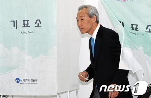 [사진]기표 마친 김종훈 후보